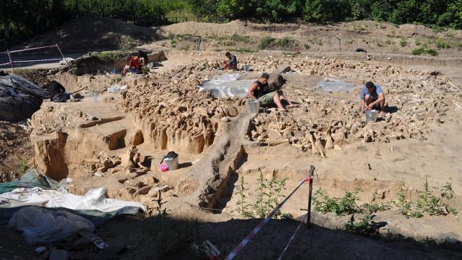 """Lạnh người với kiến trúc 20.000 tuổi xây bằng hài cốt """"quái thú"""" tuyệt chủng - 1"""