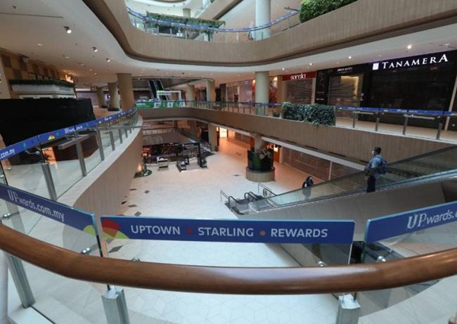 Không chỉ có người dân mà các khách du lịch tới Malaysia cũng ghé các khu mua sắm, còn bây giờ thì không có bóng người.