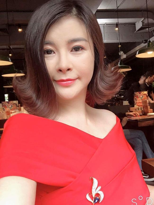 """Tạo hình của Kim Oanh trong vai kẻ thứ ba đáng ghét trong phim """"Đừng bắt em phải quên"""". Năm 2018, cô gây chú ý khi làm giám khảo chương trình """"Gương mặt thân quen""""."""