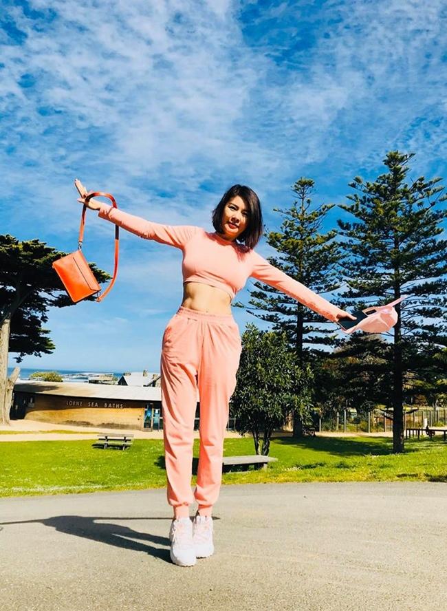 Ngoài đời, Kim Oanh gây ấn tượng với phong cách thời trang trẻ trung. Đôi lúc, cô đổi gu sang hình tượng cá tính, năng động để làm mới bản thân.