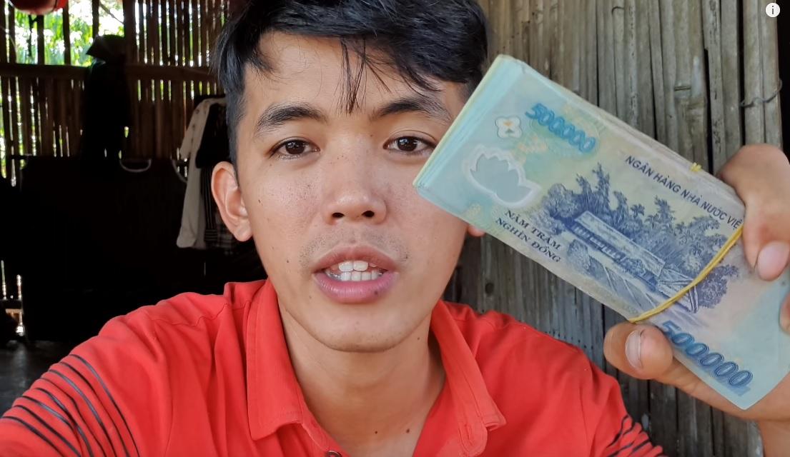 """Chàng phụ hồ là """"YouTuber nghèo nhất VN"""" làm điều không ngờ sau khi nhận xấp tiền từ YouTube - 1"""