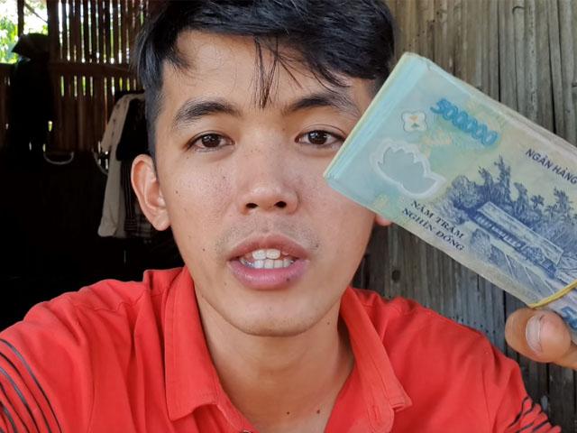 """Chàng phụ hồ là """"YouTuber nghèo nhất VN"""" làm điều không ngờ sau khi nhận xấp tiền từ YouTube"""