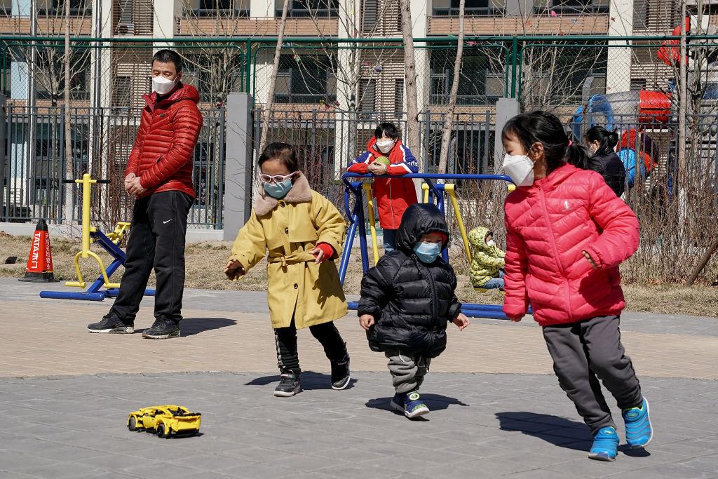 Dịch bệnh dần được kiểm soát, người dân Trung Quốc bắt đầu nhộn nhịp đi mua sắm - 1