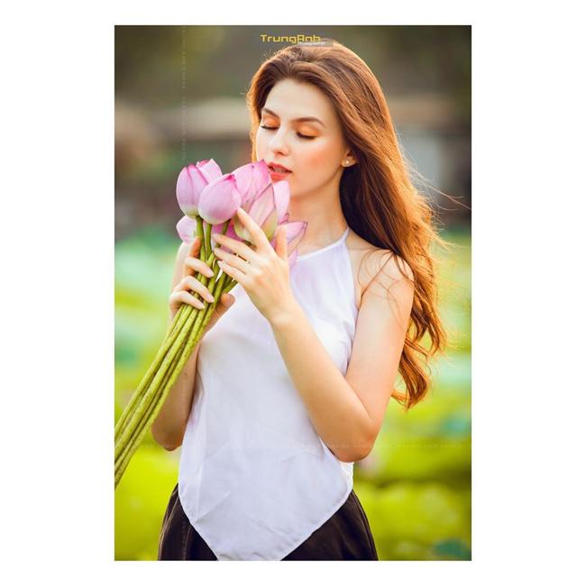 Olga Evil (đến từ Ukraine) nổi tiếng khắp cộng đồng mạng Việt nhờ bộ ảnh đẹp như tranh vẽ bên hoa sen.