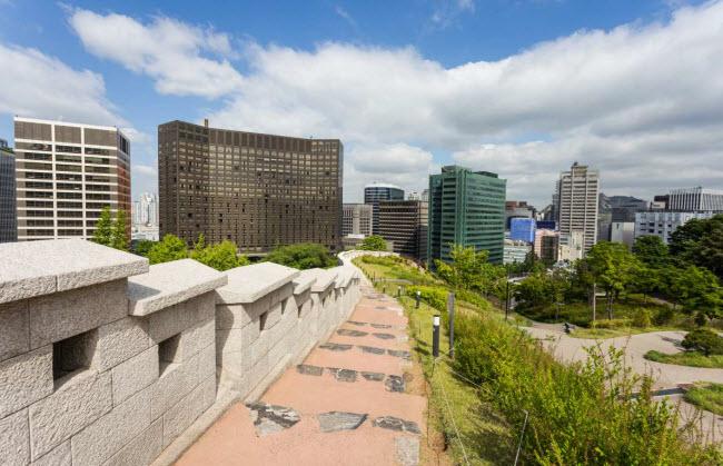 Seoul, Hàn Quốc: Bức tường thành Seoul được xây dựng vào năm 1396 quanh thành phố Hanyang (thành phố Seoul ngày nay), thủ đô của vương triều Joseon (1392–1897). Bức tường thành dài 18 km hiện đang chờ được UNESCO công nhận là di sản thế giới. Du khách có thể khám phá công trình này và 5 cổng của nó, khi tới thủ đô của Hàn Quốc.