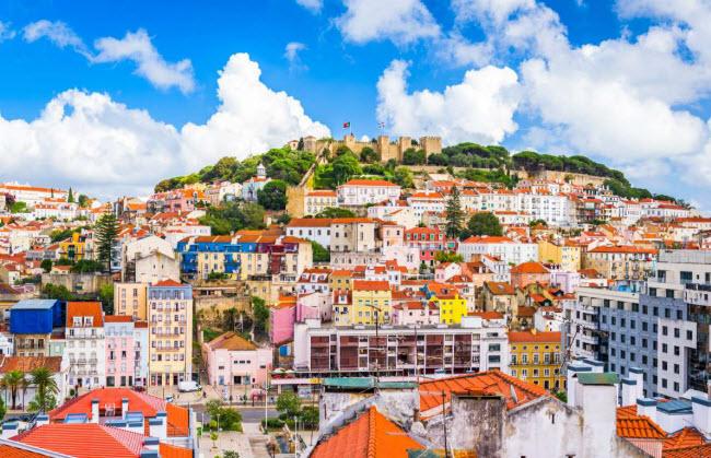 Lisbon, Bồ Đào Nha: Là một trong những thành phố lâu đời nhất Tây Âu, Lisbon được xây dựng đầu tiên bởi người Xen-tơ, sau đó đến người Phoenicia, người La Mã và cuối cùng là người Ma-rốc cho đến khi Afonso Henriques, vị vua đầu tiên của Bồ Đào giành quyền kiểm soát thành phố vào năm 1147.