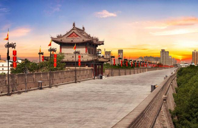 Tây An, Trung Quốc: Tây An là một trong những thành phố cổ lớn nhất ở Trung Quốc, với niên đại hơn 3.000 năm và là điểm khởi đầu của Con đường tơ lụa huyền thoại. Thành phố nổi tiếng với bức tường thành 600 năm tuổi và đội quân đất nung 2.200 năm tuổi. Ngày nay, Tây An trở thành trung tâm công nghiệp, giáo dục và văn hóa của vùng.