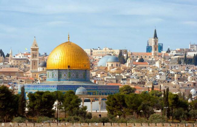 Jerusalem: Đây là một trong những thành phố lâu đời nhất thế giới. Nó đã trải qua nhiều lần bị phá hủy và tái thiết trong quá khứ. Hiện tại, thành phố có gần 1 triệu cư dân. Trong những năm gần đây, các nhà khảo cổ học đã phát hiện tàn tích của các bức tường thành, nền đá và dụng cụ bằng đá có niên đại hơn 7.000 năm.
