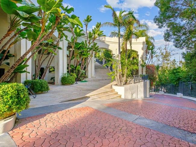 Ngôi nhà tọa lạc ởHillsly Hills - một nơi có nhiều người nổi tiếng sinh sống và các khu bất động sản đắt tiền. Tại đây, giá nhà trung bình là 2 triệu USD.