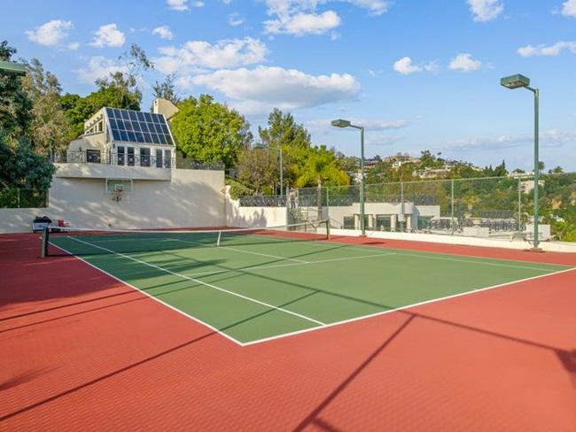 Có cả sân tennis bên trong khuôn viên của khu bất động sản.