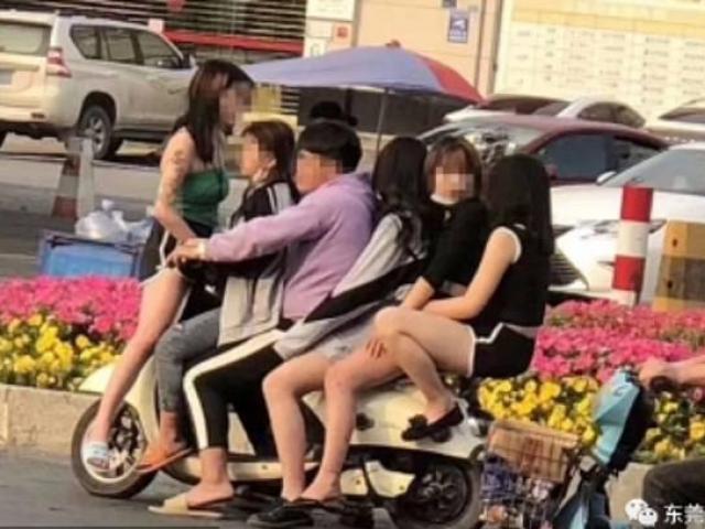 Anh chàng chở 5 cô gái không đeo khẩu trang giữa tâm dịch Covid - 19 gây xôn xao