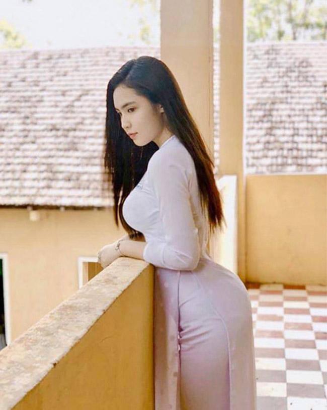 Loạt ảnh diện áo dài trắng của Đinh Triệu Đoan Nghi (sinh năm 2002), quê Đồng Tháp từng được báo Trung Quốc ca ngợi hết lời.