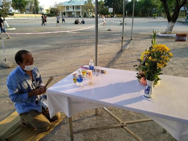 Tin tức 24h qua: Người đàn ônglập bàn thờ vọng ở khu cách ly, vì không được về nhà chịu tang cha - 1