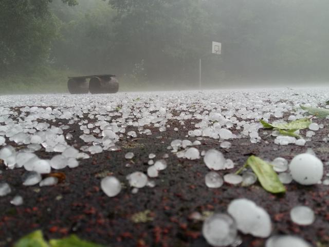 Mưa đá: Tại sao lại có hiện tượng thời tiết nguy hiểm này?