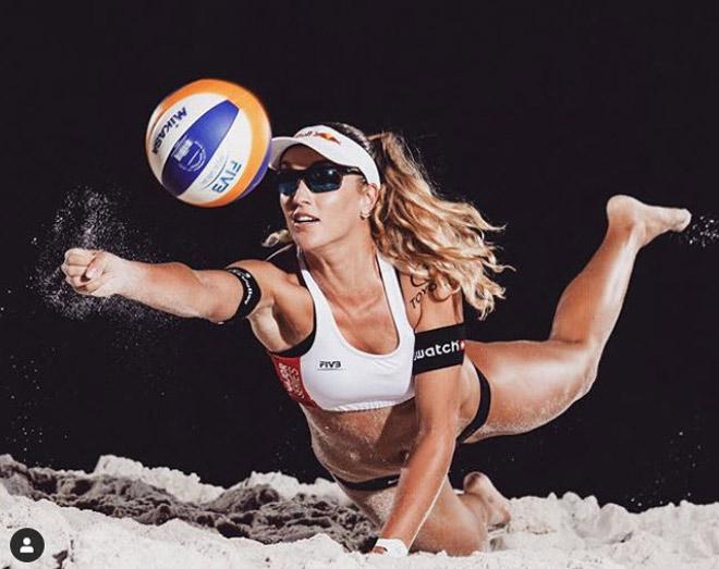 """Kiều nữ bóng chuyền quyến rũ, """"hút hồn"""" nhiều fan ở bãi biển - 1"""