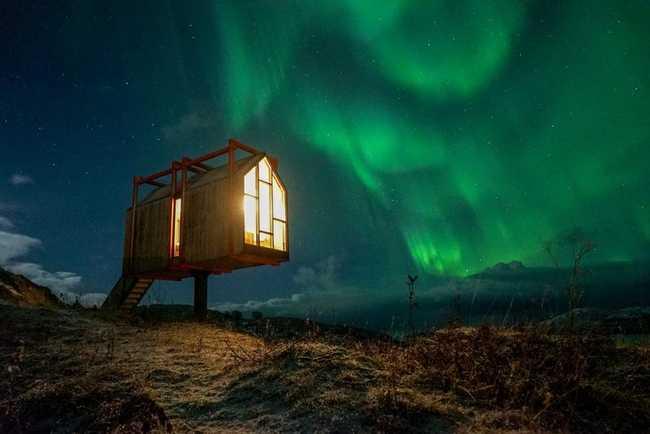 Ngôi nhà nhỏ bé này nằm trên Fordypningsrommet Fleinvær, một hòn đảo ngoài khơi Na Uy, và mang đến cho du khách những khung cảnh lạ thường của hiện tượng cực quang.