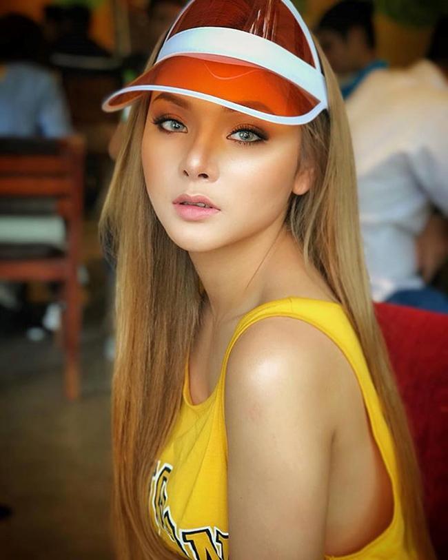 Ngoài ra cô còn tham gia phimGăng tay đỏ, sitcom dài tập của 2 ê-kíp Tả Pí LùvàMì Gõ.
