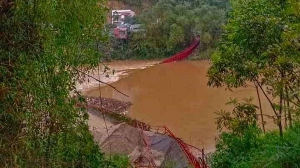 Lào Cai: Sét đánh 1 người tử vong, cầu treo bắc qua sông Chảy đổ sập - 1