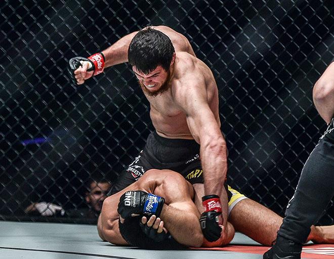 """""""Người sói"""" MMA châu Á lĩnh 30 cú đấm, bị tân binh knock-out kinh hoàng - 1"""