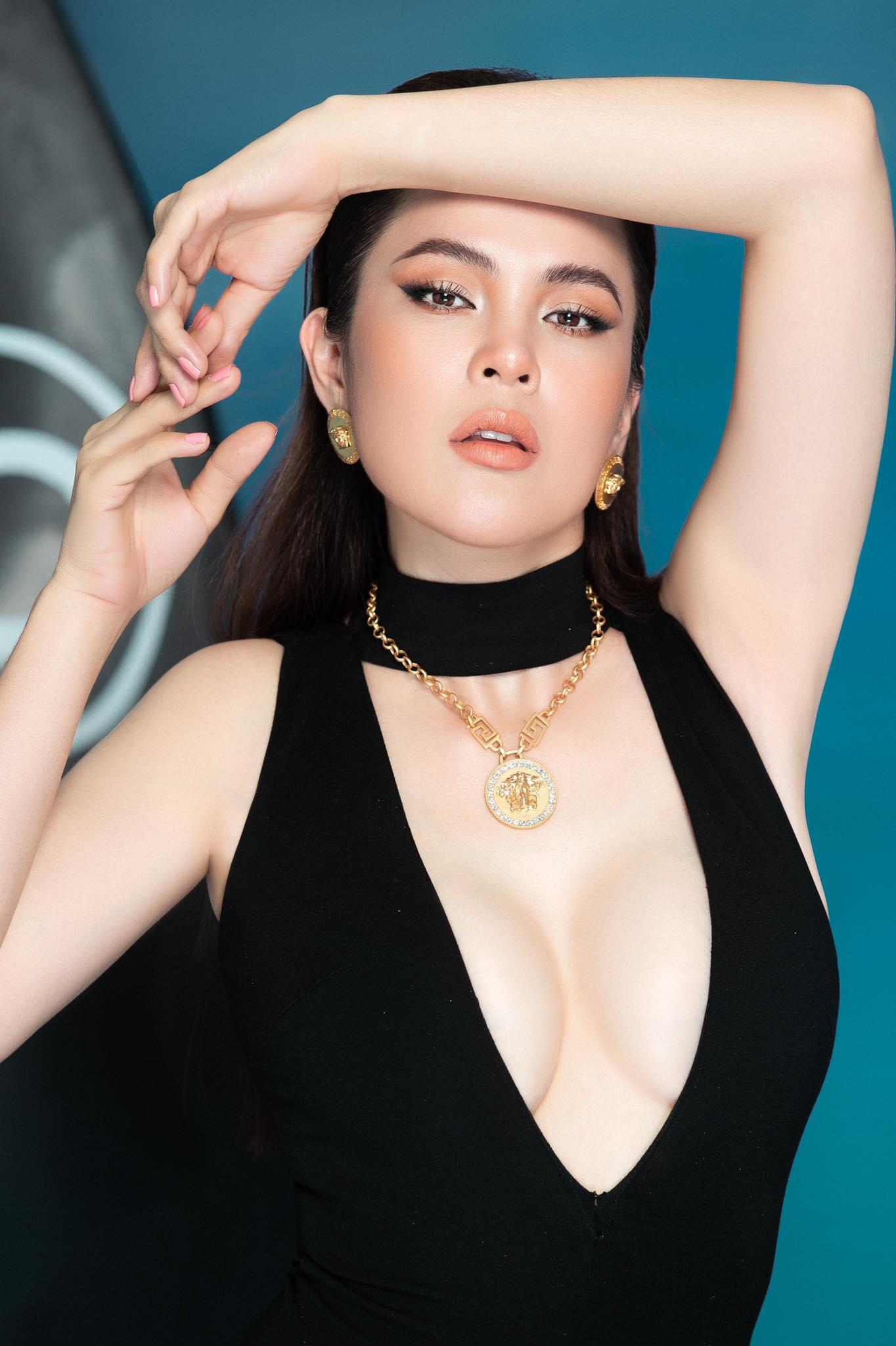 """""""Hoa hậu rửa chân cho chồng"""" tung ảnh bikini, khoe dáng nuột nà khiến fan trầm trồ - 1"""