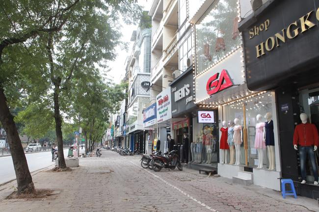 Từ đầu năm nay, không khí mua sắm tại phố Chùa Bộc bắt đầu ảm đạm do lượng khách giảm. Trong những ngày gần đây, dịch Covid–19 diễn biến phức tạp, tình hình ế ẩm càng trầm trọng hơn.