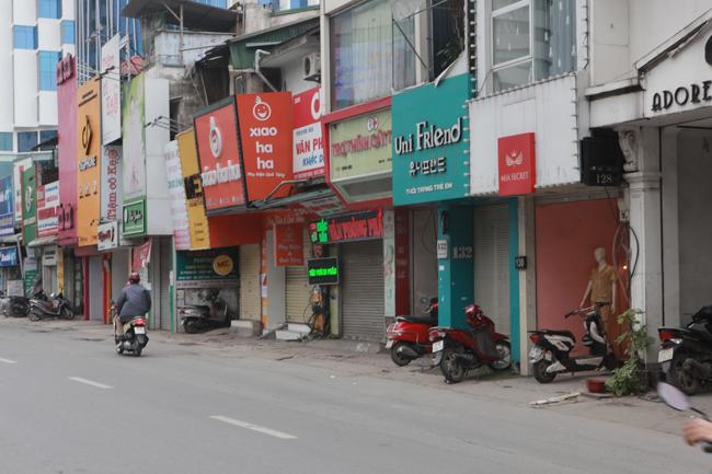 Hàng loạt cửa hàng đóng cửa, tạm dừng kinh doanh hay sang nhượng vì dịch lan rộng.