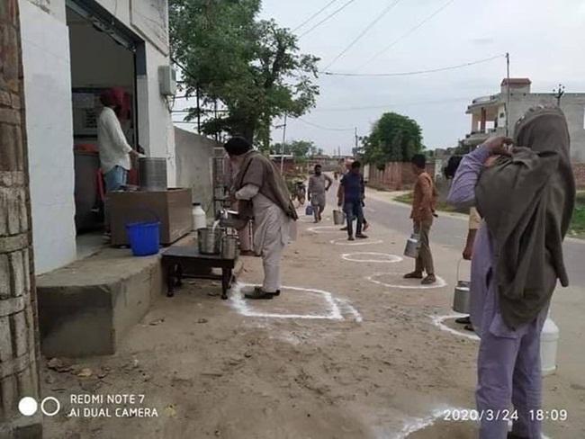Tại Ấn Độ, khi cả nước tỷ dân bị phong tỏa, các cửa hàng bándịch vụ thiết yếu như thực phẩm, xăng dầu và ngânhàngsẽ vẫn mởcửa.