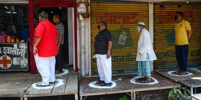 Trong khi chờ đợi, các khách hàng đứng vào trong các ô tròn, giữ khoảng cách với người xung quanh.