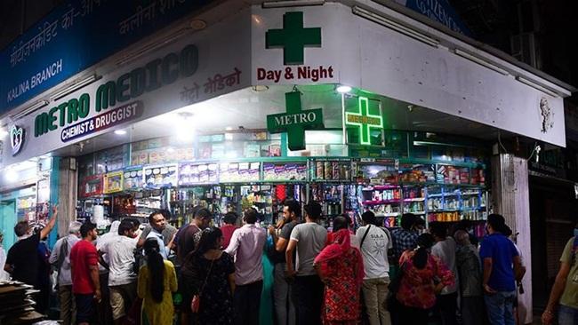 Trước khilệnh phong tỏa có hiệu lực, nhiều người dân Ấn Độ đã hoảng loạn đi mua sắm tích trữ hàng hóa trong thời gian phong tỏa.