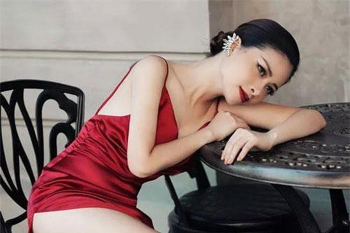 Dương Hoàng Yến khoe vóc dáng nhỏ nhưng quyến rũ trong áo tắm cắt xẻ - 1