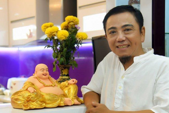 Hiện tại, Hồng Tơ hướng tâm về chùa, ăn chay, thả đèn hoa đăng cầu nguyện an lành như muốn bình tâm trở lại sau những sai lầm của bản thân.