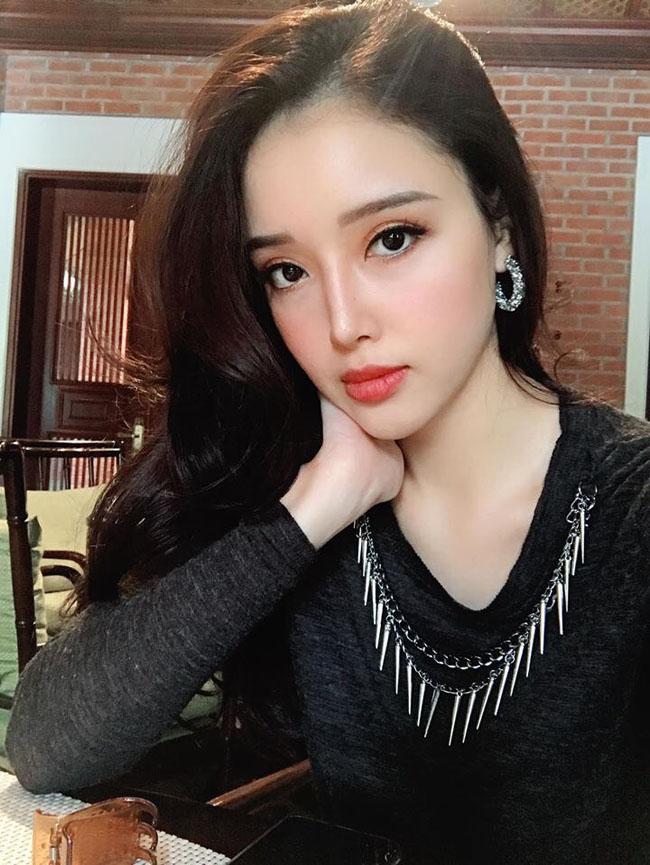 Dù Mai Ngọc Phượngkhông tham gia showbiz nhưng đã trở thành người đẹpđình đám trên mạng xã hội.Cô hiện đang kinh doanh riêng và rất thành công