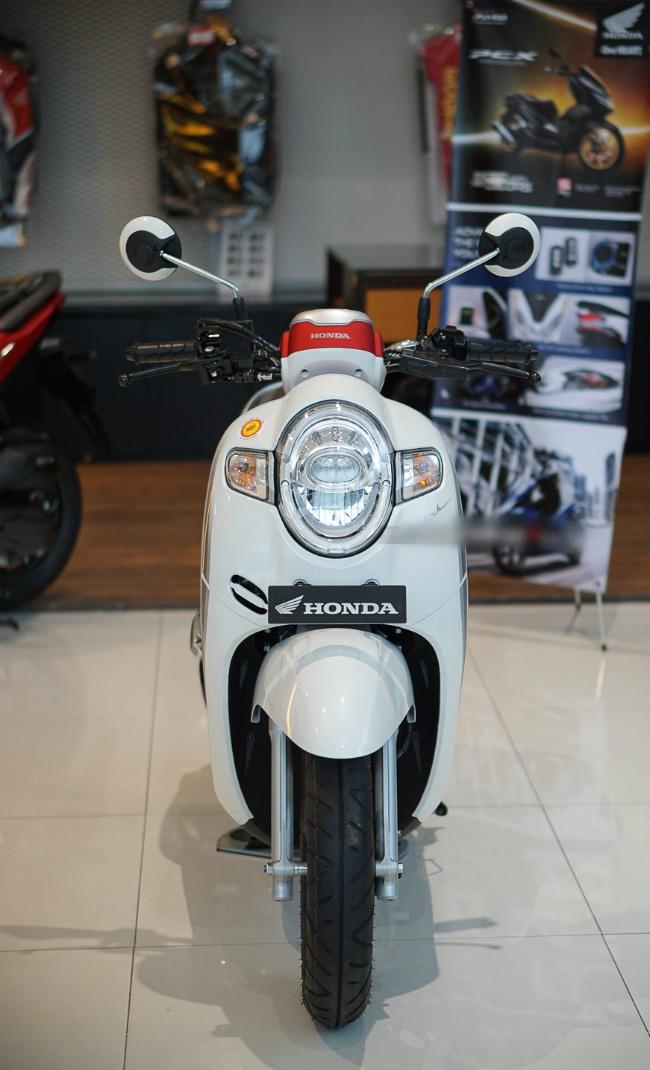 Mới đây tại một showroom ở Indonesia, 2020 Honda Scoopy đã xuất hiện phiên bản màu mới trắng đỏ nhìn rất thanh lịch và đẹp.