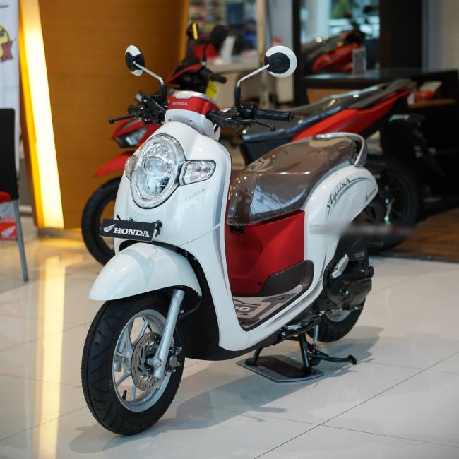 Tại đây, 2020 Honda Scoopy màu trắng đỏ có giá đề xuất là 19,55 triệu Rp (27,95 triệu VNĐ), một mức giá thấp hơn cả Honda Vision và tương đương với Yamaha Janus có bán tại thị trường Việt Nam.