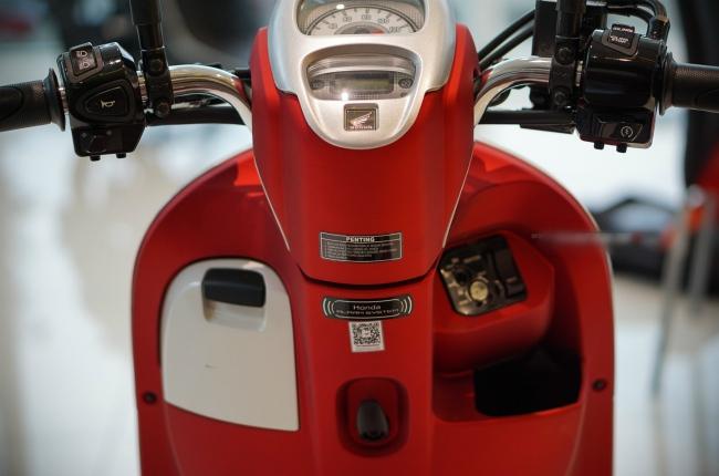Cụm chìa khóa đa năng, phía dưới có hốc đựng đồ nhỏ và móc treo đồ ở giữa. Khóa xe có nút bật cốp ngay bên cạnh rất tiện lợi.