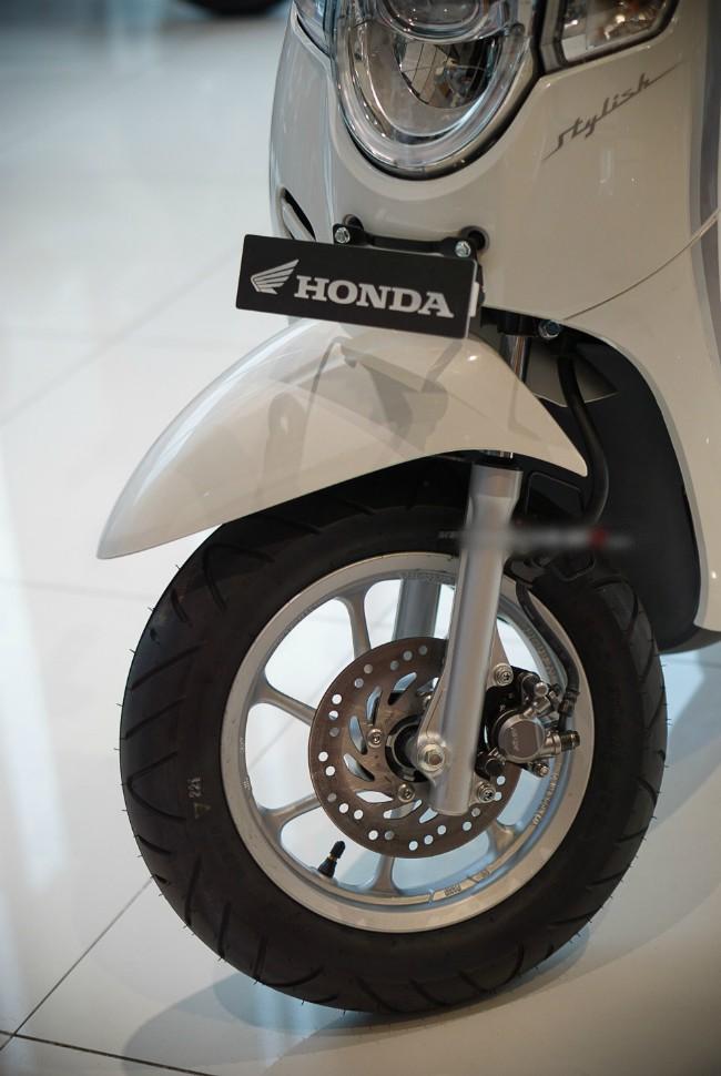 Phía trước xe là điểm nhấn của Honda Scoopy với đèn pha độc đáo hình oval và bộ đôi đèn xi-nhan thiết kế bên cạnh nhìn như một nhân vật hoạt hình vui nhộn.