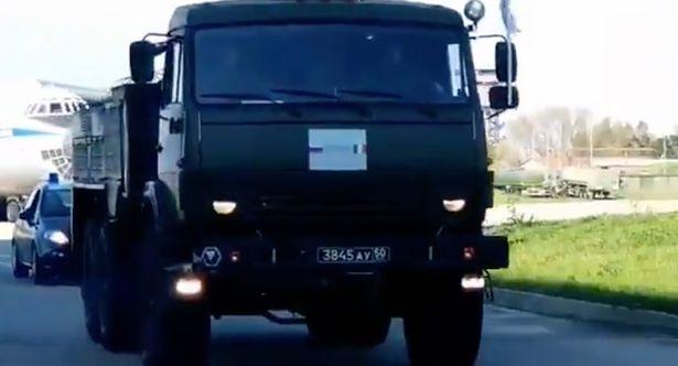 Video: Đoàn xe quân sự Nga lăn bánh ở Italia giữa dịch Covid-19 - 1