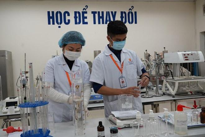 ĐH Đại Nam chi 2 tỷ đồng pha chế gel rửa tay sát khuẩn giúp cộng đồng phòng, chống dịch Covid-19 - 1