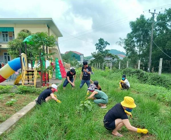 Muôn hoa khoe sắc trong khu cách ly công dân ở Hà Tĩnh - 1