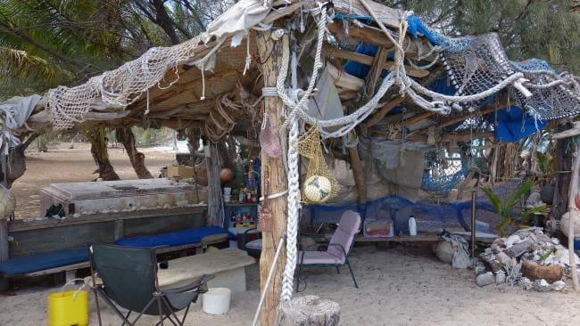 Ông tự trồng rau, bắt cua và cá để nấu ăn. Nước ngọt được tích trữ từ nước mưa hoặc lấy từ một địa điểm trên đồi của đảo.