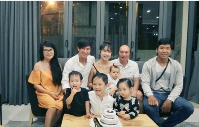 Lý Hải hơnbà xã Minh Hàtới 17 tuổi. Trong những bức ảnh gia đình có sự xuất hiện của mẹ Minh Hà, nhiều người bất ngờ vì vẻ ngoài trẻ trung của bà ngoại bên dàn cháu nhỏ.