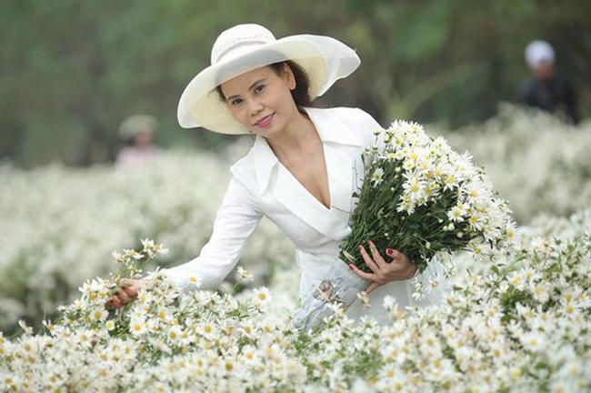 Cùng vẻ ngoài trẻ trung và sự tư vấn của con gái, mẹ Hà Hồ luôn khiến công chúng ngạc nhiên khi xuất hiện với phong cách thời trang gợi cảm mà sang trọng.