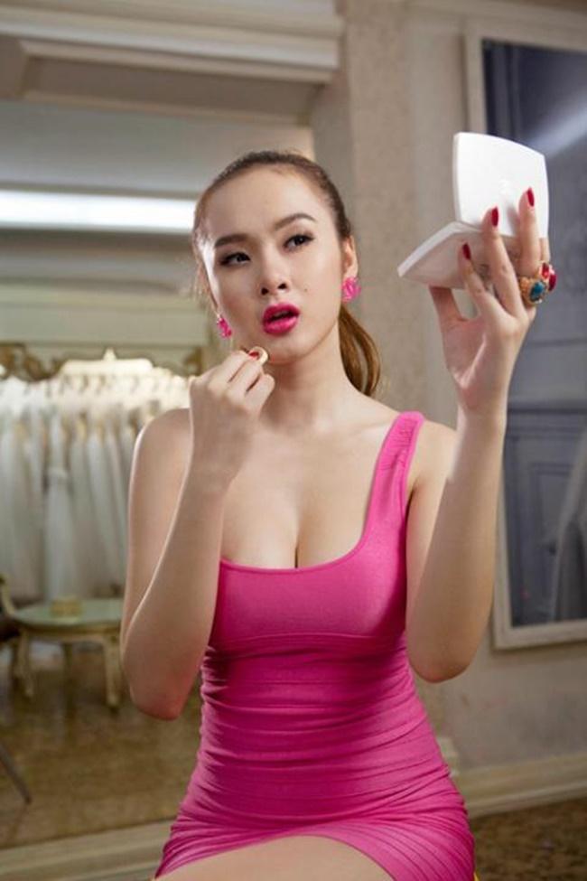 Sau khi bị cấm diễn, Angela Phương Trinh tập trung cho công việc đóng phim, làm người mẫu.
