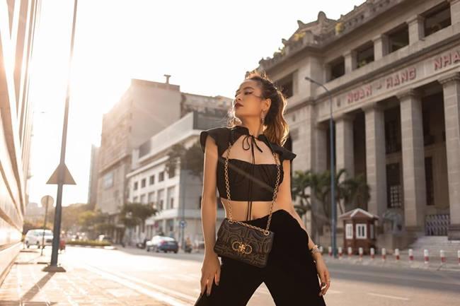 Hoàng Thùy Linh sở hữu thân hình nuột nà và ít khi khoe cơ thể với quần áo kiệm vải, tuy nhiên cách mix áo croptop với quần ống suông lại sành điệu khó điểm chê.