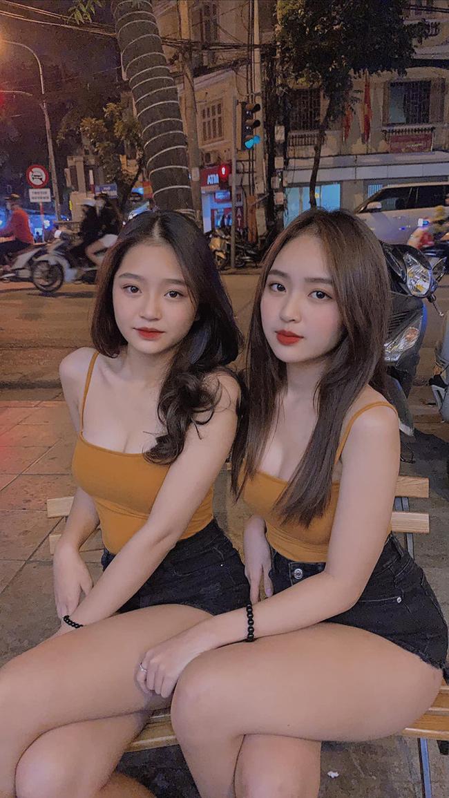 Lê Phương Anh và Lê Phương Uyên (Hà Nội) là cặp chị em nổi tiếng mạng xã hội Việt nhờ sở hữu nhan sắc nổi bật.