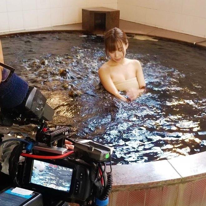 Người mẫu gặp sự cố nhạy cảm khi quay ở suối nước nóng - 1