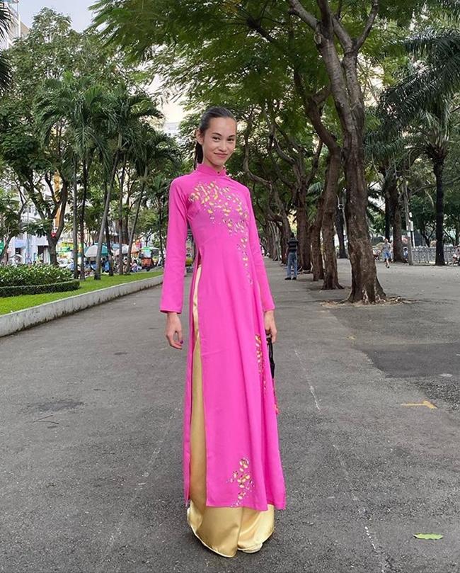 Chân dài lai Mỹ - Hàn từng gây chú ý khi tới Việt Nam du lịch và có lịch làm việc tại đây vào cuối năm 2019. Trong ảnh, người đẹp Nhật Bản diện áo dài hồng, đi dép bệt và buộc tóc đơn giản dạo phố.
