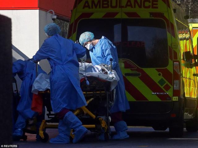 """Anh: Chỉ bệnh nhân Covid-19 """"có thể sống sót"""" mới được dùng máy thở"""