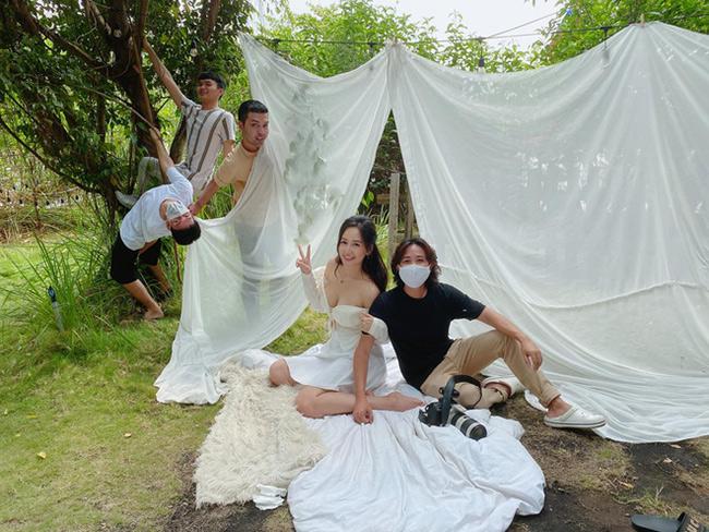 Vì ảnh hưởng của dịch Covid-19 nên các sao Việt khi chụp hình bộ ảnh thời trang vẫn phải hạn chế ê-kíp dưới 10 người. Hậu trường chụp hình của hoa hậu Mai Phương Thúy mới đây được tiết lộ cho thấy việc đảm bảo công việc và vẫn đặt vấn đề an toàn sức khỏe lên trên hết.