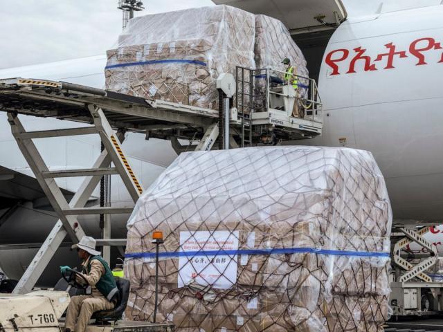 """Mỹ mở cầu hàng không """"chưa từng thấy"""" vận chuyển hàng triệu khẩu trang từ TQ"""